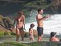 Cauã Reymond curte praia com a namorada e a filha, Sofia, no Rio