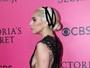 Lady Gaga aposta em decote cavado e por muito pouco não mostra demais