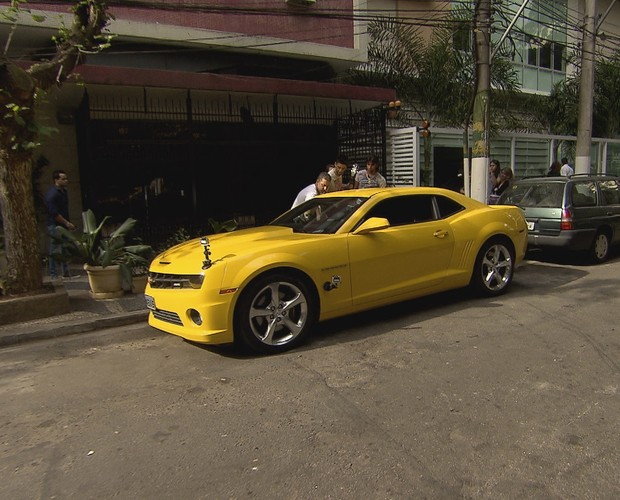 Luciano leva Julia para andar de camaro amarelo com Munhoz e Mariano (Foto: Caldeirão do Huck/TV Globo)