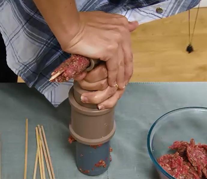 Como fazer para colocar kafta no palito usando peças em PVC (Foto: Reprodução)