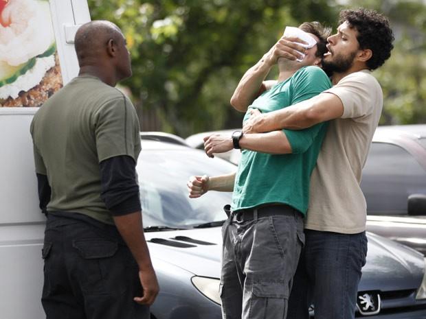 Outra vez! Inácio é abordado por homens misteriosos (Foto: Cheias de Charme / TV Globo)