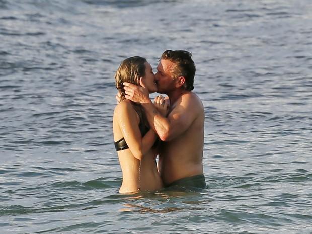 Sean Penn e Leila George em praia no Havaí (Foto: Grosby Group/ Agência)