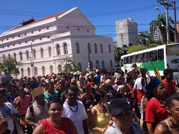 Índios protestam no centro do Recife (Foto: Kety Marinho/TV Globo)