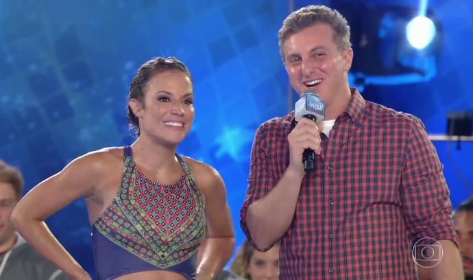 Maíra Charken sorri ao ouvir suas notas (Foto: TV Globo)