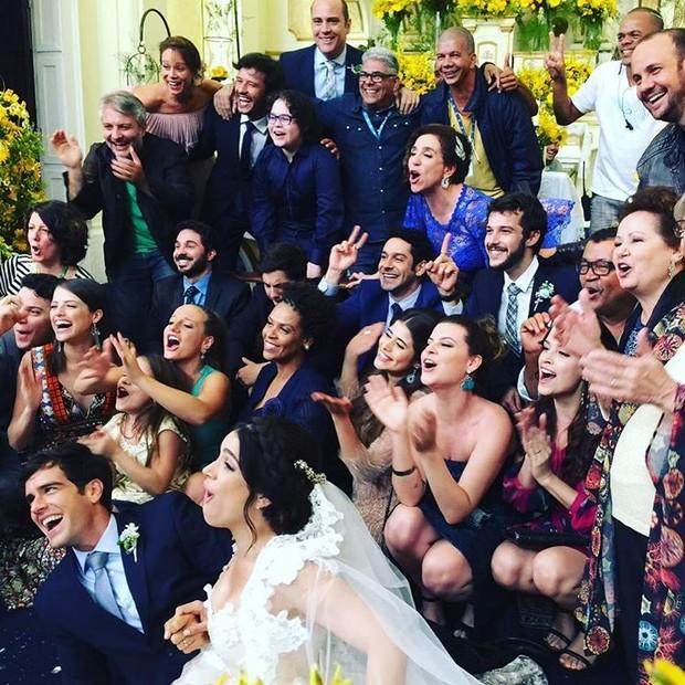 Marisa Orth posa foto com elenco de Haja Coração (Foto: Instagram / Reprodução)