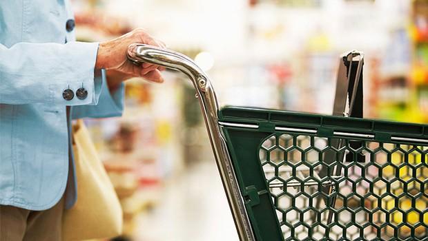 Gastos da terceira idade ; supermercado ; idosos ; reajuste do salário mínimo para idosos ; poder de compra ;  consumo da terceira idade ; custo de vida da terceira idade ;  (Foto: Shutterstock)