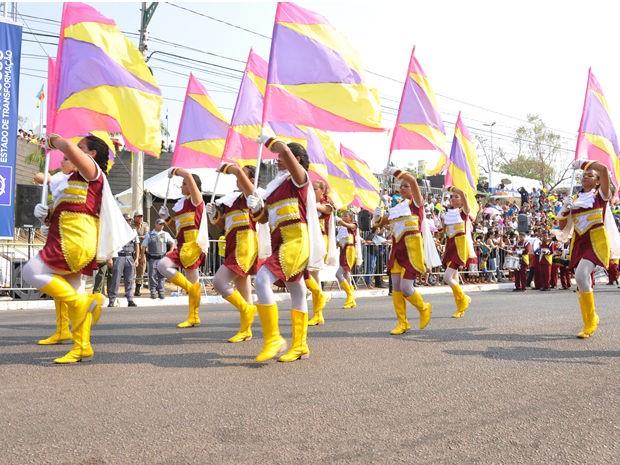 Estudantes de escolas públicas desfilaram nesta segunda (7). (Foto: Kelly Martins/G1 MT)