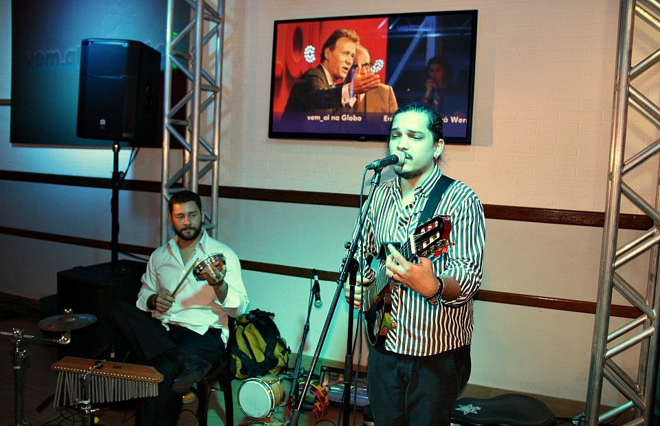 O show ficou por conta do cantor Adriano Arcanjo (Foto: TV Amazonas)