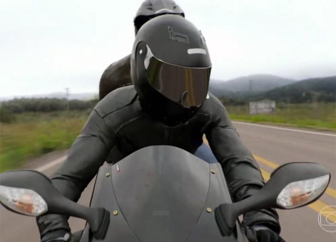 Motoqueiros misteriosos atacam carro de Fausto e Suzana (Foto: TV Globo)