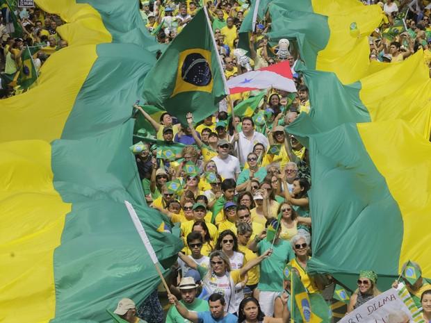 """BELÉM - Manifestantes levam faixas nas cores da bandeira brasileira e gritam """"Fora Dilma"""". (Foto: Tarso Sarraf/O Liberal)"""