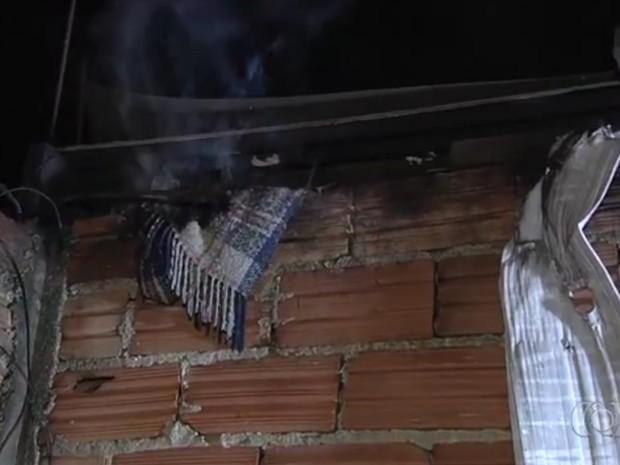 Corpo de homem e encontrado carbonizado em casa no bairro Chácara do Governador em Goiânia Goiás (Foto: Reprodução/TV Anhanguera)