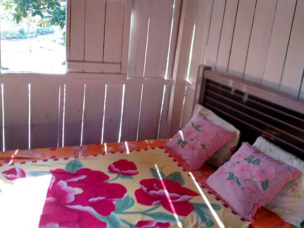 A casa é formada por um quarto, que tem cama, ventilador, televisão e frigobar (Foto: Leontino Labre Filho/Arquivo Pessoal)