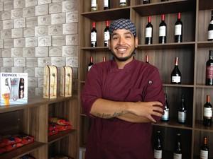 Refugiado em Roraima, o chef de cozinha Julio Pino, de 26 anos, decidiu buscar oportunidades de trabalho em Boa Vista  (Foto: Emily Costa/ G1 RR)