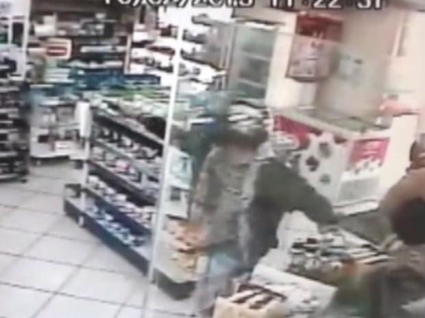 Assaltante ameaça funcionário com uma arma na farmácia  (Foto: Reprodução/ TV TEM)