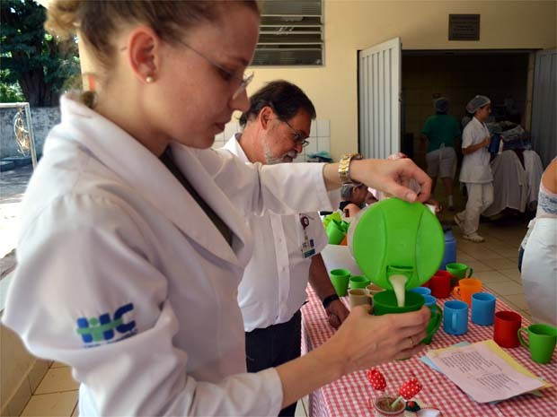 Karina serve o leite enriquecido no último dia de testes em asilo de Ribeirão Preto (Foto: Eduardo Guidini/ EPTV)