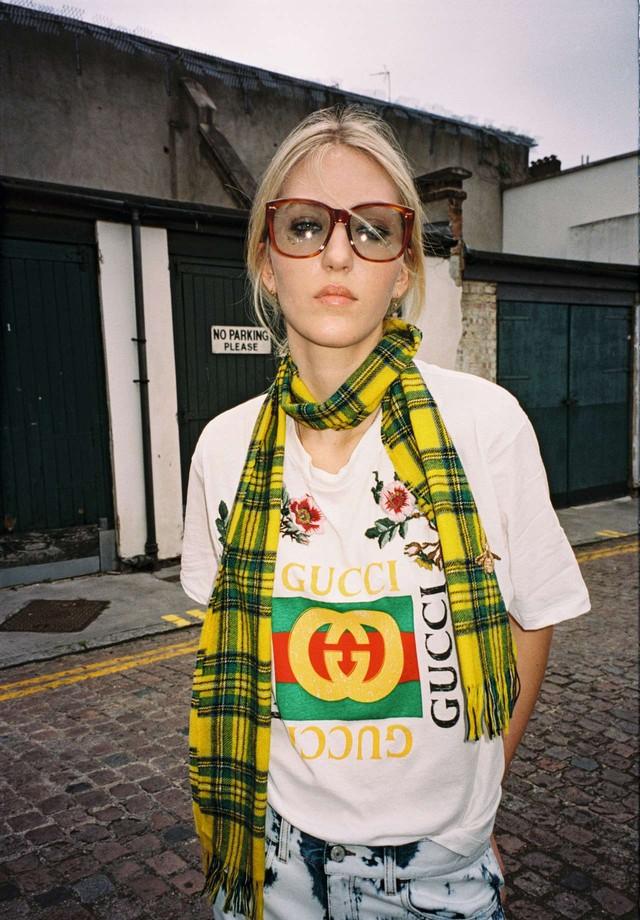 Camiseta com o logo Gucci Fake (R$ 3.780), cachecol de lã (R$ 970), calça jeans (R$ 3.150) e óculos de acetato (R$ 2.600) (Foto: Philippe Kliot)