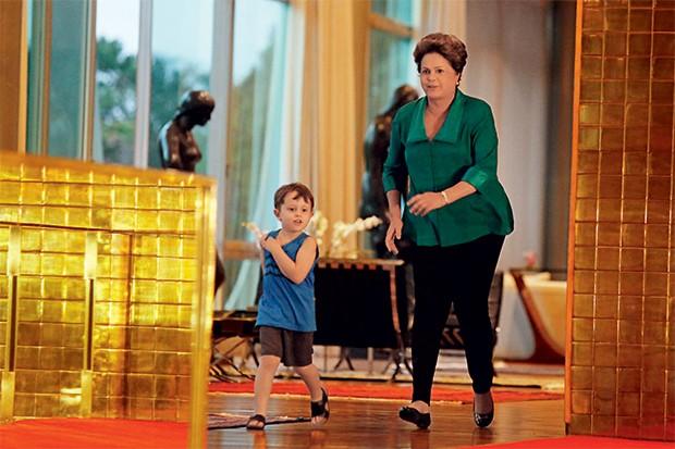 MINHA CASA MEU NETO Dilma e o neto Gabriel no Palácio da Alvorada. Ele não teme as broncas dela. Os ministros se apavoram (Foto: Joel Rodrigues/Folhapress)