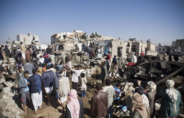 População procura por sobreviventes em destroços em Sanaa, capital do Iêmen, após ataques aéreos da Arábia Saudita (Foto: Hani Mohammed/AP)