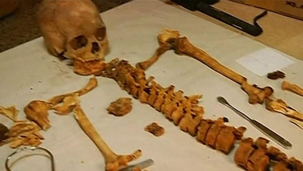 Esqueleto recém-descoberto; mais de 60 foram encontrados em túmulo com mais de 1,2 mil anos (Foto: Reprodução/BBC)