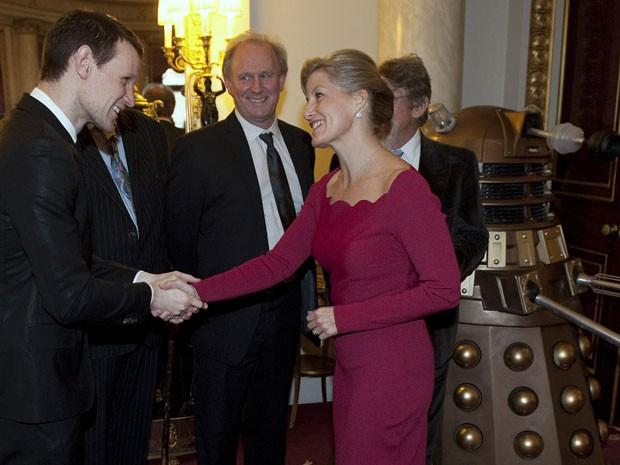 Sophie, condessa de Wessex, cumprimenta o ator Matt Smith durante celebração dos 50 anos de 'Doctor Who' no Palácio de Buckingham (Foto: Reuters/Eddie Mulholland)
