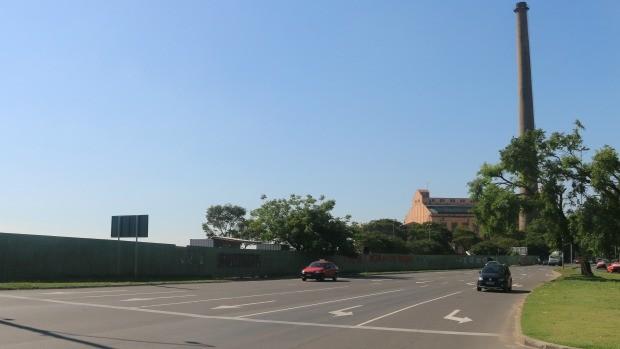 Orla do Guaíba está 'fechada': tapumes vão do Gasômetro até a Rótula das Cuias (Foto: Bruna Zanatta/G1)