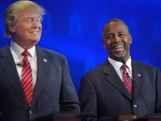 Ben Carson ri ao lado de Donald Trump durante debate entre pré-candidatos republicanos promovido pela CNBC na quarta (28) (Foto: AP Photo/Mark J. Terrill)