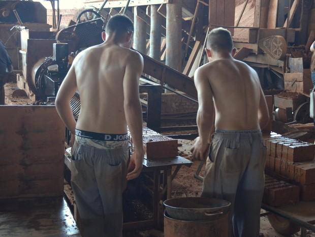 Adolescentes foram flagrados trabalhando em olaria em Piracicaba (Foto: Leon Botão/G1)