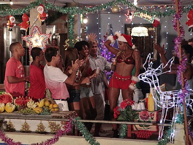 Vanúbia chega chegando para o evento na laje do Alemão! (Foto: Salve Jorge/TV Globo)