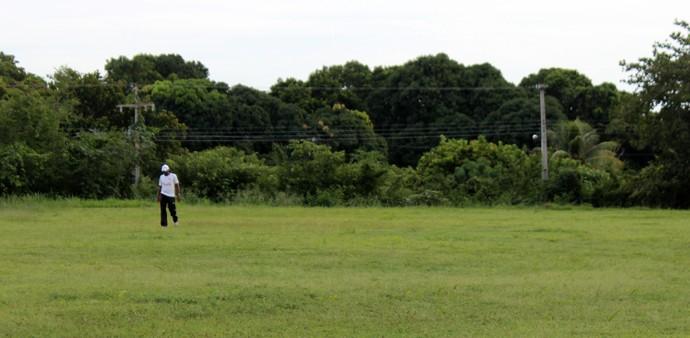 Marcão caminha sozinho no CT do Piauí (Foto: Josiel Martins )
