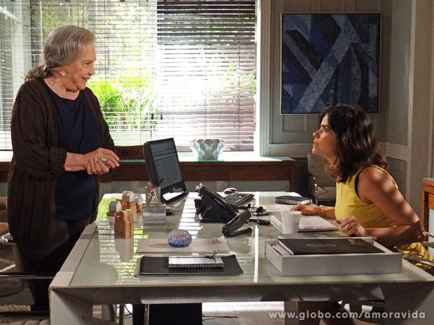 Aline sente que pode ser descoberta (Foto: Amor à Vida/TV Globo)