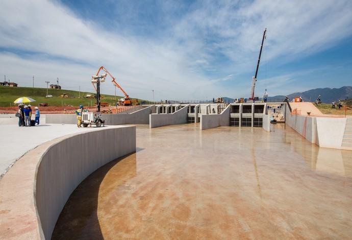 Estádio de canoagem slalom enchendo de água (Foto: André Motta/Heusi Action/Brasil2016.gov.br)