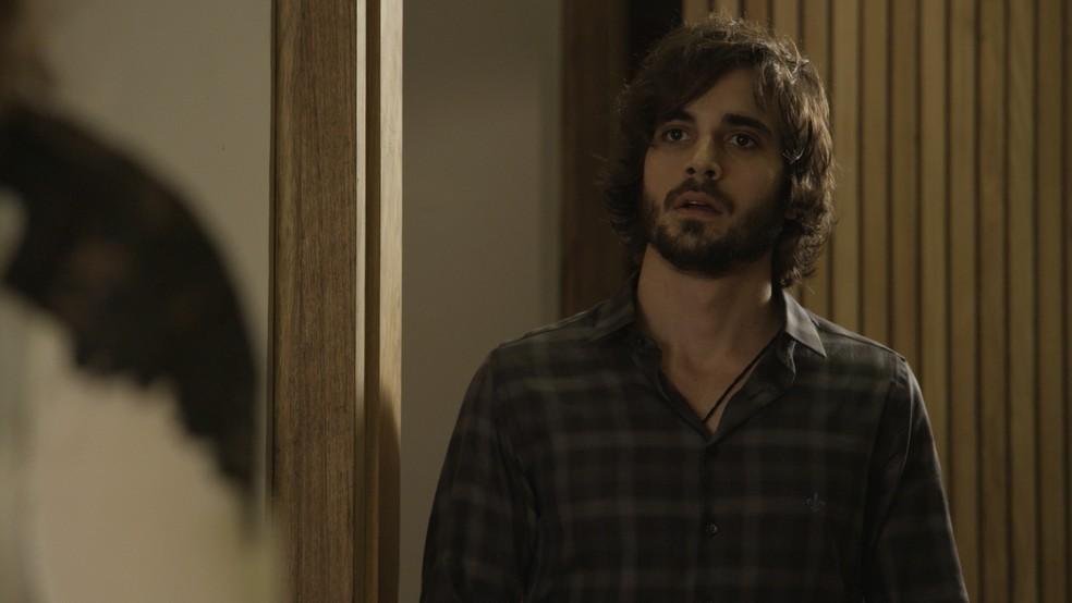 Ruy (Fiuk) leva um susto ao ver o rosto da mãe (Foto: TV Globo)