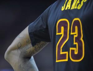 A camisa de LeBron James rasgada na manga durante o jogo contra os Knicks  (Foto f9dff6ed34154