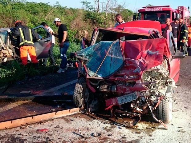Frente do carro ficou destruída após colisão (Foto: Jadiel Luiz/Blog Sigi Vilares)