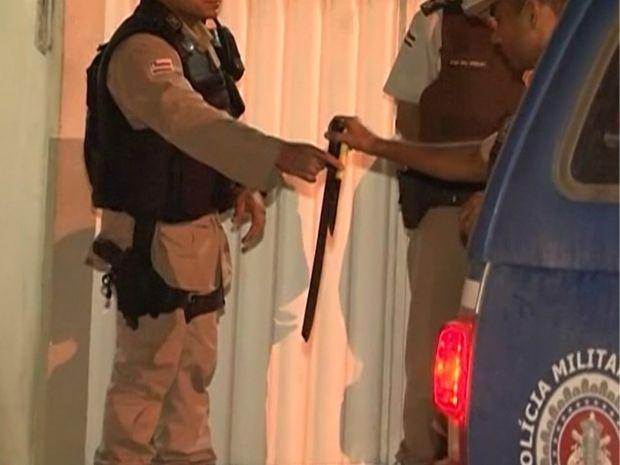 Pai manteve filha de dois meses refém com um facão em Teixeira de Freitas na Bahia (Foto: Reprodução / TV Santa Cruz)