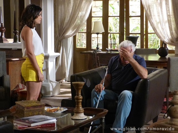 O médico fica passado com a revelação (Foto: Amor à Vida/ TV Globo)