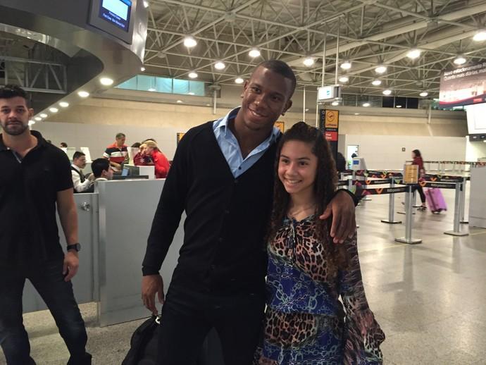 Fã tira foto com Ribamar no embarque do jogador para a Europa (Foto: Felippe Costa)