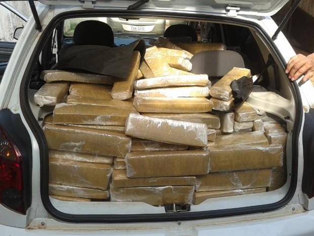Dupla foi presa com carregamento de maconha em veículo (Foto: Carlos do Amaral/ Polícia Civil)