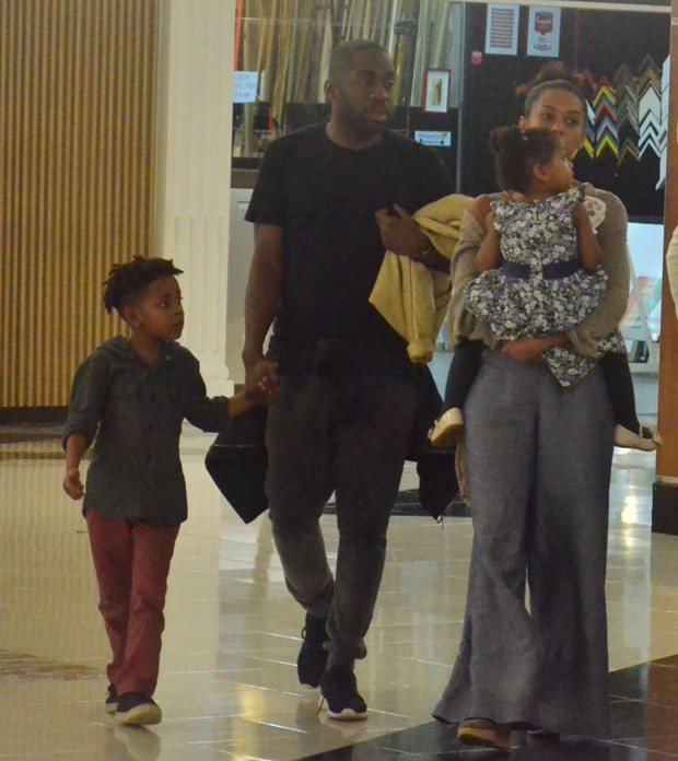 Taís Araújo e Lázaro Ramos com os filhos (Foto: WEBERT BELICIO/AGNEWS)