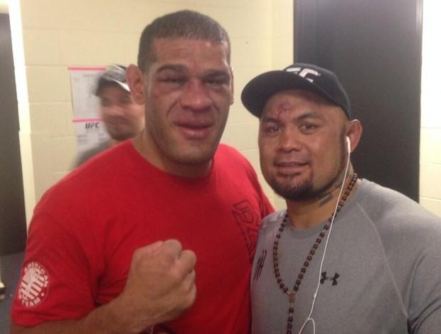 Antônio Pezão e Mark Hunt posam juntos após a luta (Foto: Reprodução/Twitter)
