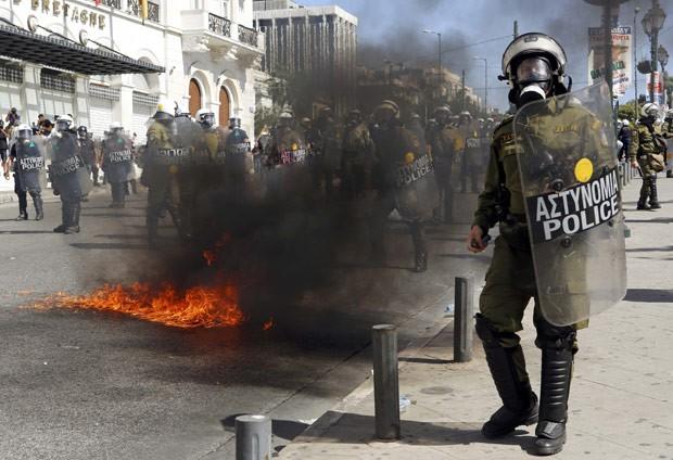 Coquetel molotov explode ao lado de policial de choque nesta quarta-feira (26) durante protesto em Atenas (Foto: Reuters)