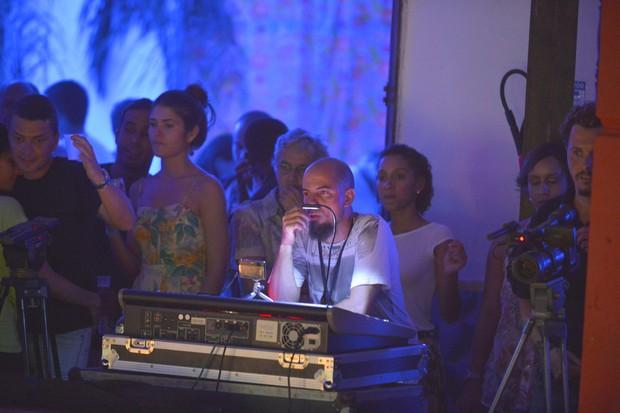 Caetano Veloso assiste a show de Luiz Caldas acompanhado de morena (Foto: Fábio Martins e Andre Muzzel/Ag News)