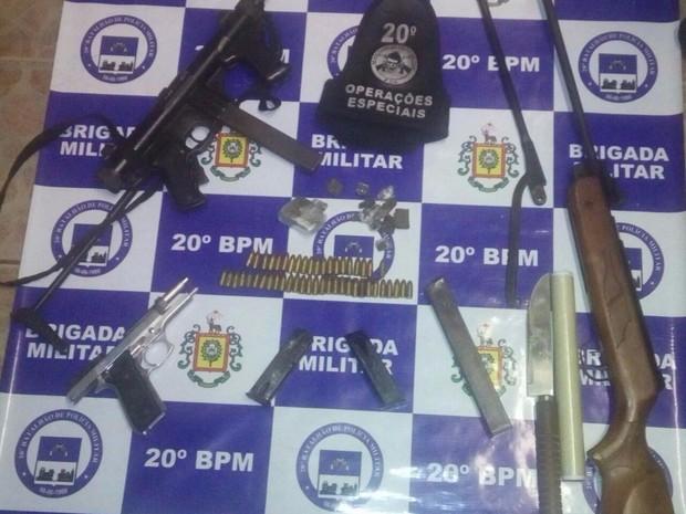 Homem tinha armas e munição no bairro Bom Jesus, no RS (Foto: Divulgação/BM)