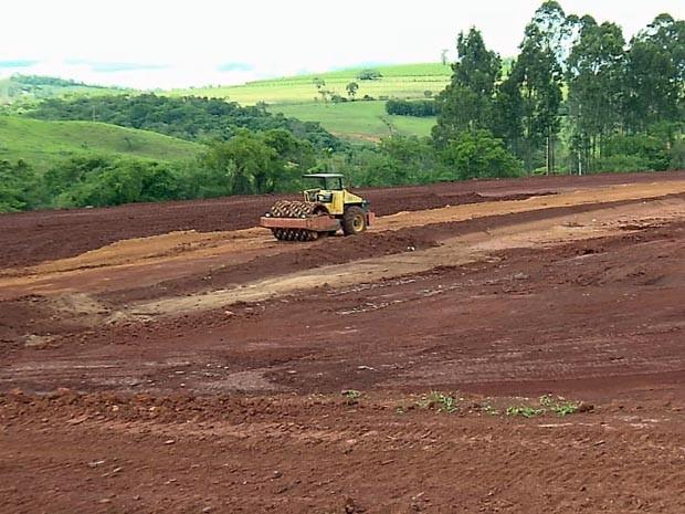 Área onde prédios da medicina serão construídos já está sendo preparada em Lavras (Foto: Reprodução EPTV)