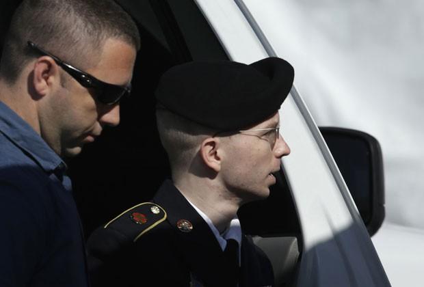 O soldado Bradley Manning chega à corte de Fort Meade, em Maryland, para seu julgamento nesta terça-feira (30) (Foto: Gary Cameron/Reuters)