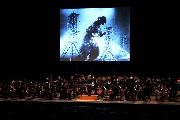 Imagem da sessão especial do primeiro Godzilla, com trilha executada pela Orquestra Filarmônica de Tóquio (Foto: Divulgação  (c)2017 TIFF)