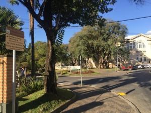Placas indicam rotas turísticas em Poços de Caldas (Foto: Lara Cristina/G1)