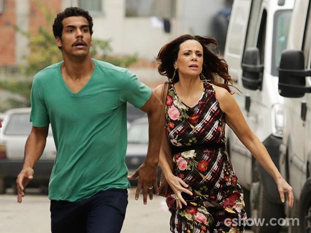 Jairo e Juliana correm para chegar à casa em chamas (Foto: Fábio Rocha/TV Globo)