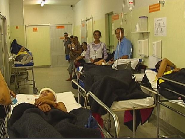 Corredor fica lotado com macas e pacientes (Foto: Reprodução/TV TEM)