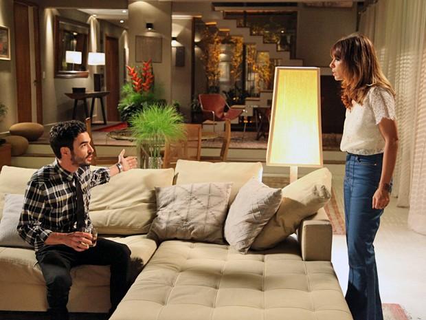 A dondoca fica uma fera e sugere que Pedro esteja pensando em Amanda (Foto: Carol Caminha/TV Globo)